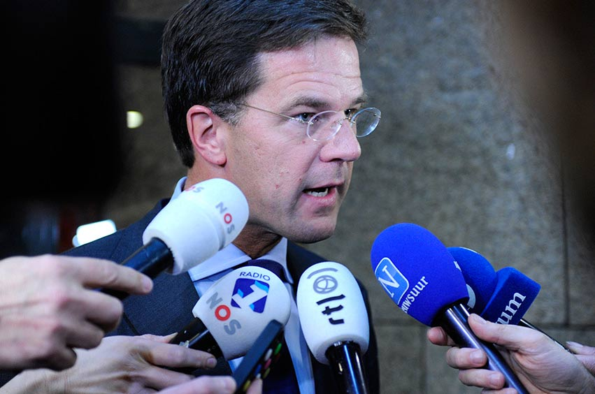 Media performance by Prime Minister Rutte in the corridors of the House of Representatives. In front of microphones from RTL Nieuws, NOS Journaal, Radio 1, Nieuwsuur and Novum.