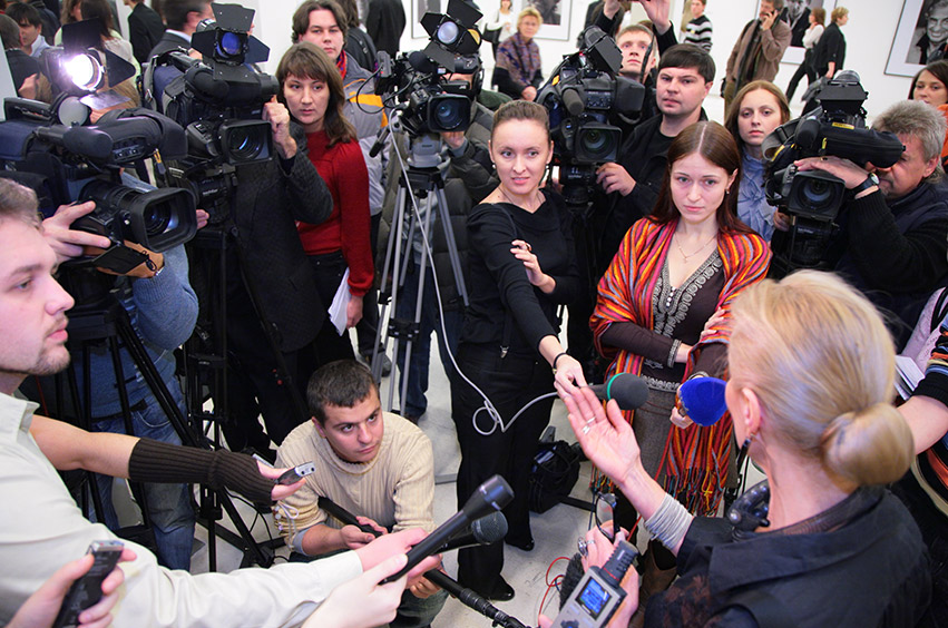 Media appearance by a Minister in front of a crowd of international media.
