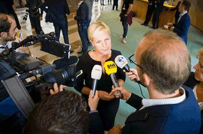 Mediaoptreden van een Kamerlid in de wandelgangen van de Tweede Kamer. Voor de microfoons van BNR Nieuwsradio, NOS en Radio 1.