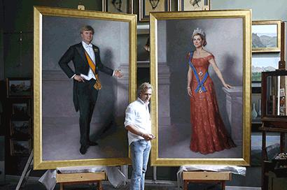 Kunstschilder Urban Larsson bij zijn levensgrote staatsieportretten van Maxima en Willem-Alexander die zorgden voor veel media-aandacht.