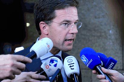 Mediaoptreden van premier Rutte in de wandelgangen van de Tweede Kamer. Voor de microfoons van RTL Nieuws, NOS Journaal, Radio 1, Nieuwsuur en Novum.