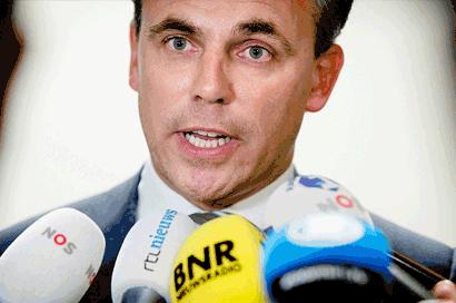 Politicus staat toegestroomde media te woord. Voor de microfoons van NOS, RTL en BNR.
