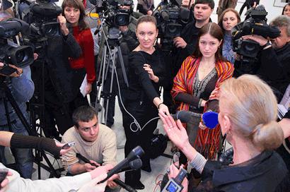 Mediaoptreden van een minister voor toegestroomde internationale media.