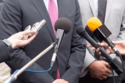 Man in pak legt een verklaring af voor journalisten.