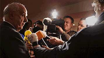 Maurice Lippens, voorzitter Raad van Commissarissen Fortis, doet crisiscommunicatie en staat toegestroomde media te woord over de problemen bij de bank door de kredietcrisis.