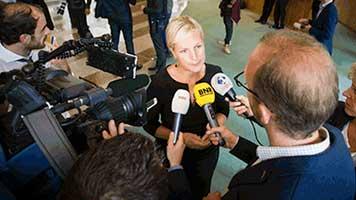 Mediatraining voor mediaoptreden van een Kamerlid in de wandelgangen van de Tweede Kamer. Voor de microfoons van BNR Nieuwsradio, NOS en Radio 1.